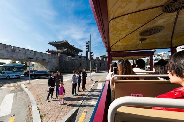 绕行水原华城一圈,可见新旧共荣的街景。
