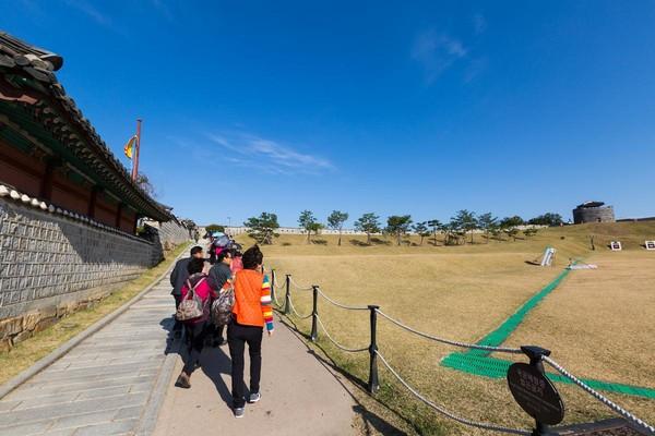 韩国长辈们沿着射箭场向上,练脚力。