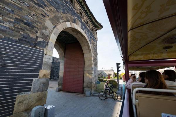 车子行驶中,一度和城墙这么靠近。