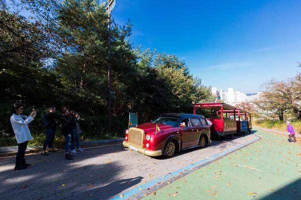 车半路故障,游客也乐得下车晃晃拍照。