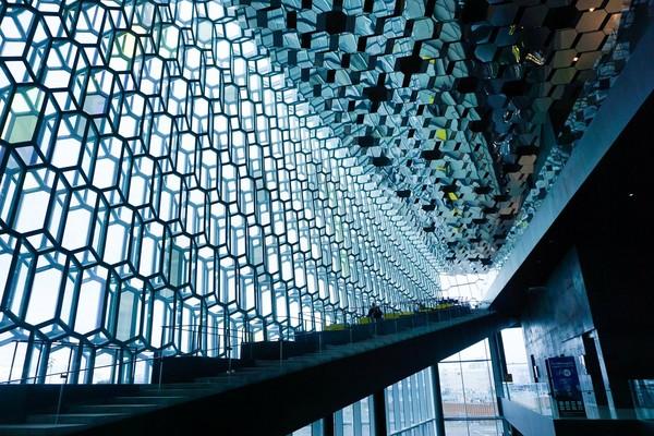 ▲冰岛首都雷克雅维克Harpa音乐厅。(图/一个环游世界的男生提供)