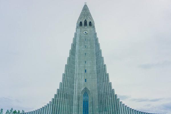 ▲冰岛首都雷克雅维克的哈尔格林姆教堂、街景。(图/一个环游世界的男生提供)