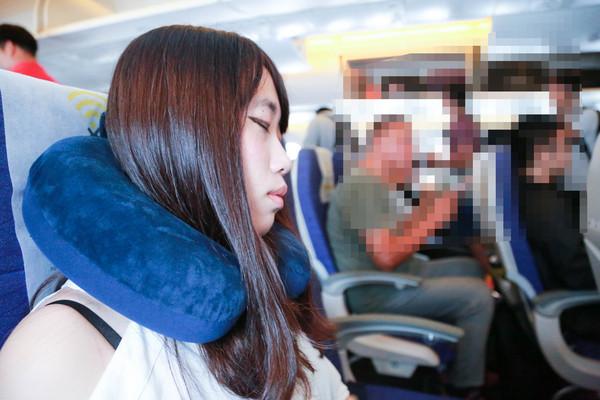在飞机上睡觉方法,准备一个颈枕,颈枕好睡眠(图/记者林世文摄)